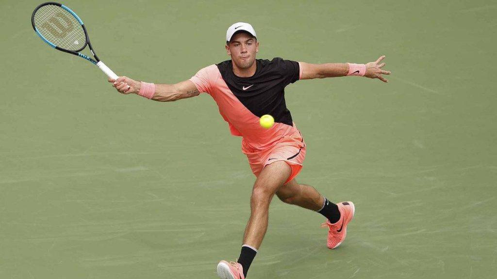 Coric se estira a por una bola en el ATP Dubai