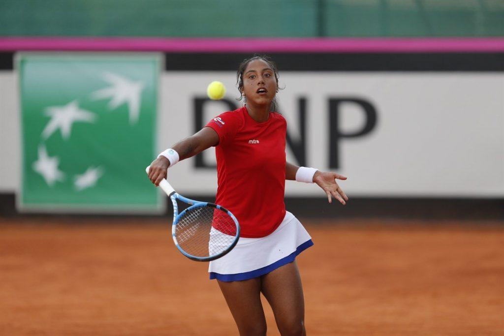 Daniela Seguel jugando la Fed Cup con Chile