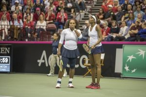 Las hermanas Williams jugando el dobles en la Fed Cup