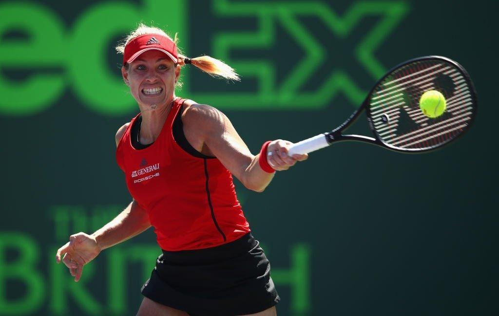 Kerber golpea una derecha en el Miami Open