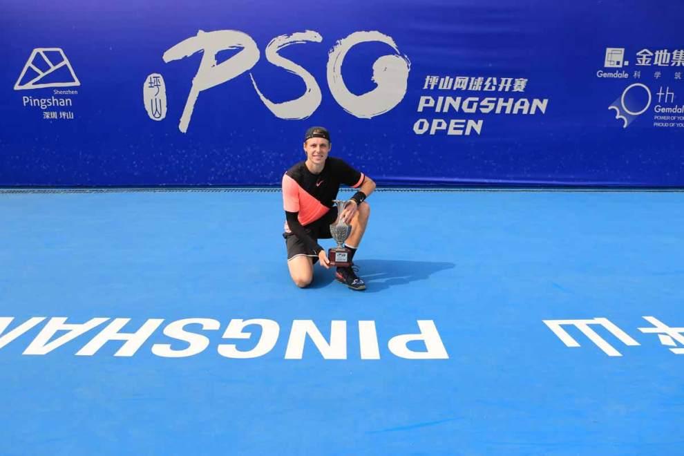 Ilya Ivashka con el título del Challenger de Shenzhen