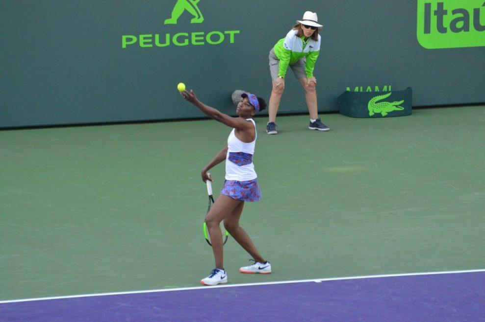 Venus Williams sacando en el Miami Open