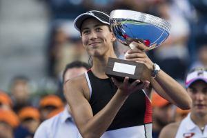 Garbiñe Muguruza posa con el trofeo de Monterrey