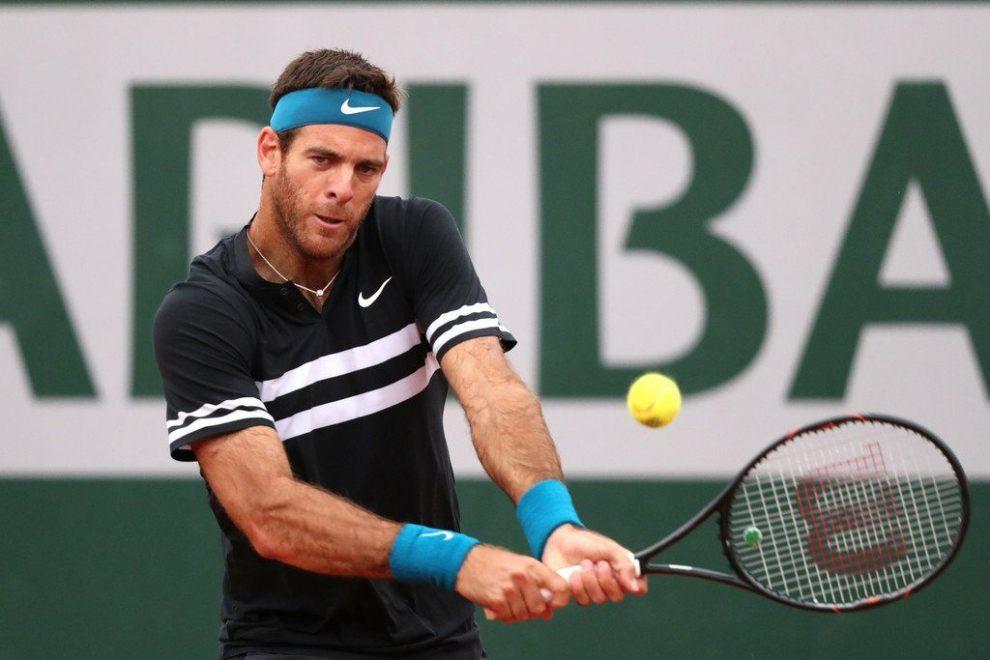 Del Potro golpea un revés en Roland Garros