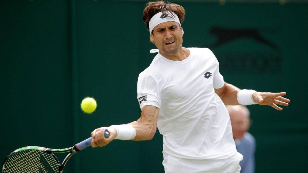 Ferrer golpea una derecha en Wimbledon 2016