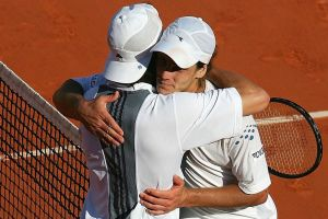 Gastón Gaudio abraza a Guillermo Coria tras la final de Roland Garros