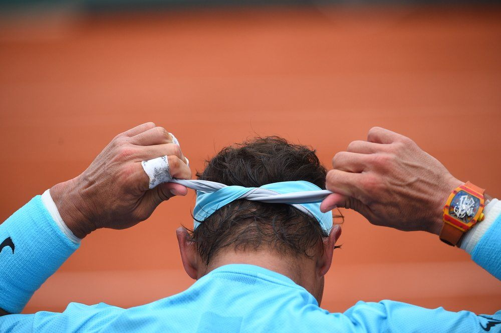 Rafa Nadal se ata la bandana a la cabeza en Roland Garros