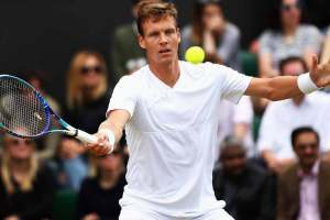 Tomas Berdych golpea una derecha en Wimbledon