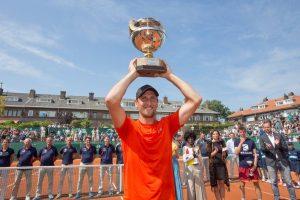De Bakker posa con el título de campeón en el Challenger de Scheveningen 2018