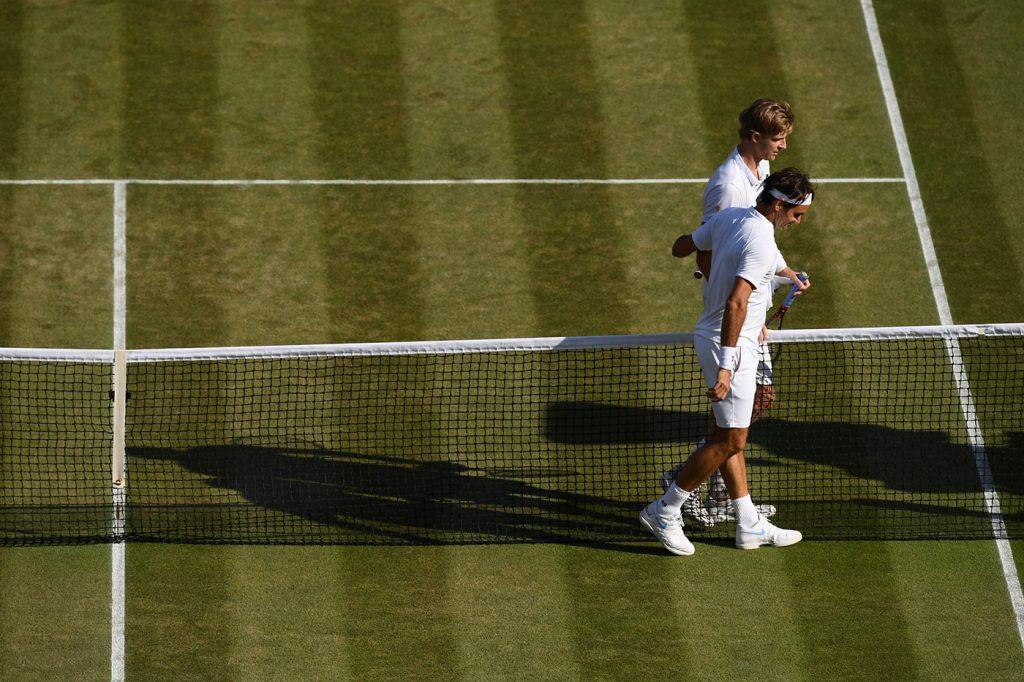 Federer y Anderson se saludan tras el partido de cuartos de final en Wimbledon 2018
