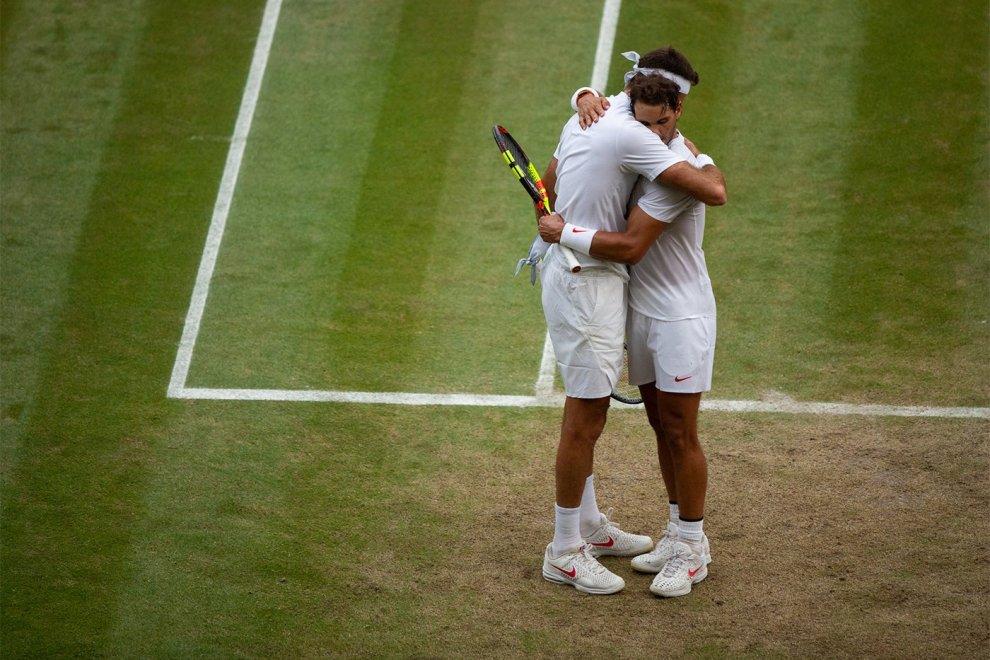 Rafa Nadal y Juan Martín Del Potro se abrazan tras el partido de cuartos de final en Wimbledon 2018