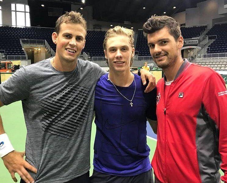 Vasek Pospisil, Denis Shapovalov y el Capitán Dancevic en la preva de Canadá vs Países Bajos | Foto: @TennisCanada