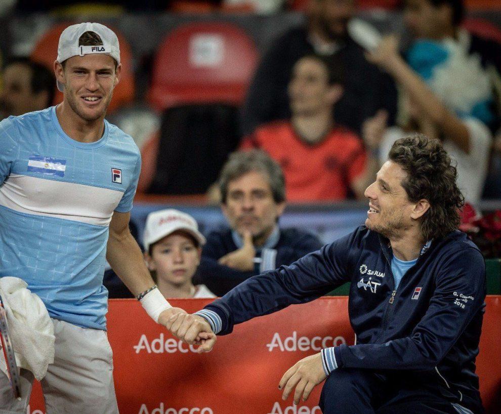 Schwartzman y Gaudio festejan el primer punto de Argentina ante Colombia | Foto: @AATenis