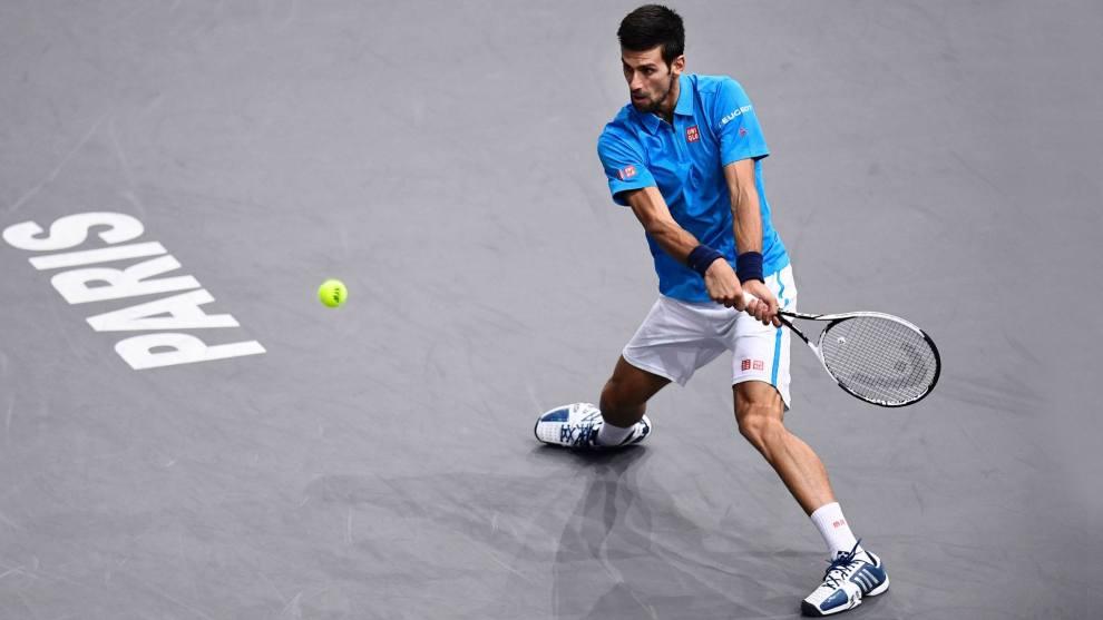Novak Djokovic golpea un revés en el Masters 1000 de París