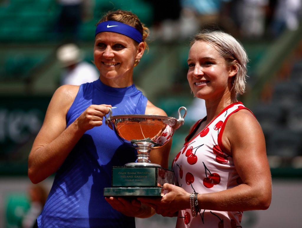 Safarova y Mattek Sands posan con el título de Roland Garros | Foto: www.wtatennis.com