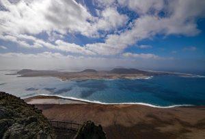Canarias regula por primera vez el transporte terrestre en La Graciosa para preservar sus valores medioambientales