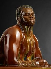 Hombre bañado en miel