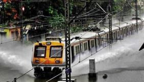 Tren entre el alto nivel de agua en las vias