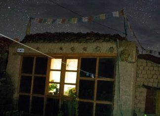 Casa en Rumtse de noche