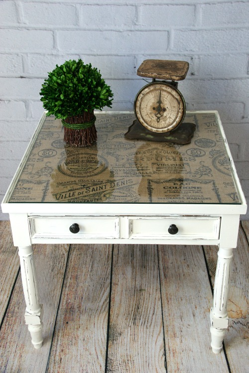 Pretty end table makeover! Add patterned burlap or fabric under a glass tabletop. See more ideas https://canarystreetcrafts.com/