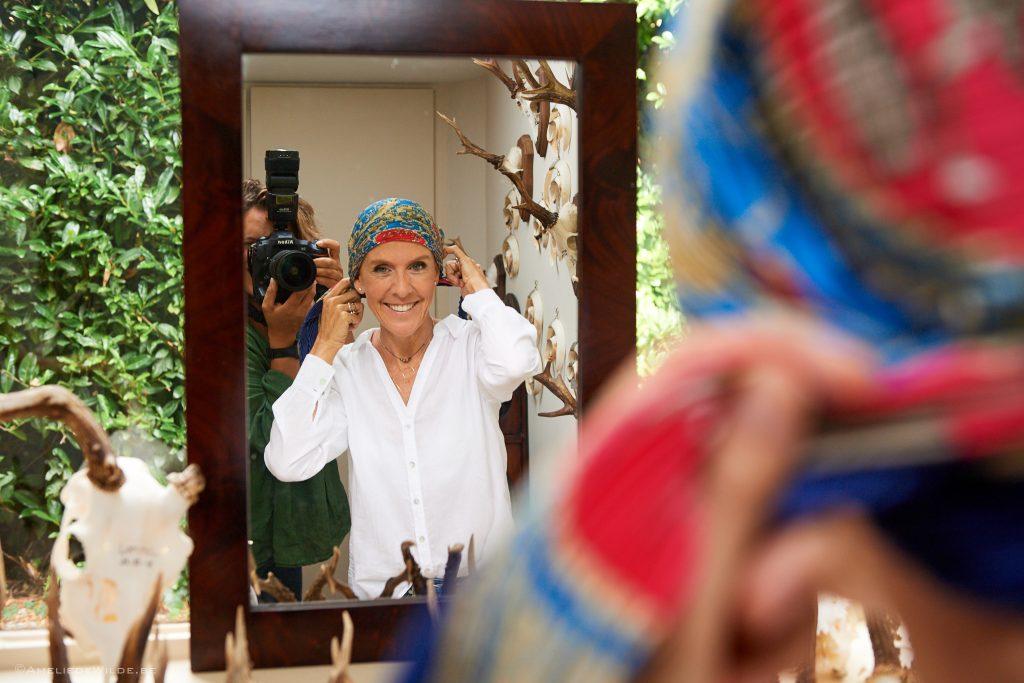 Delphine Remy met un foulard de chimio