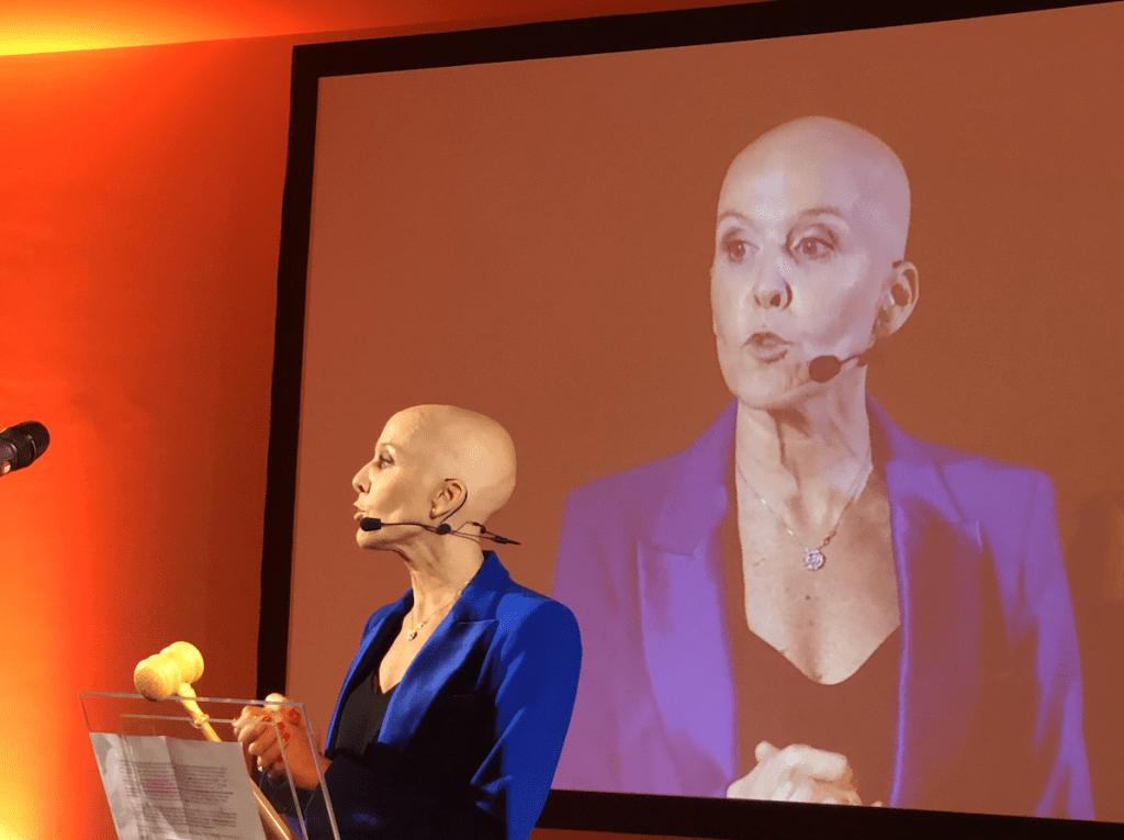 Delphine Remy fait un speech pour le gala Big Against Breast Cancer