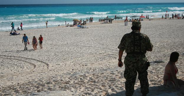 cancún playa delfines