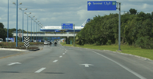 avión aeropuerto Cancún