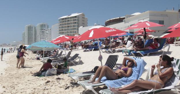 turistas-en-cancun-toman-sol