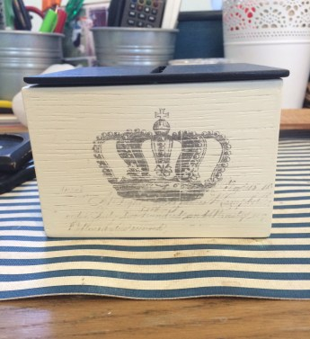 Crowned in tissue (holder)
