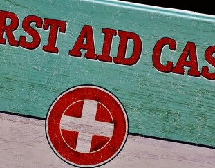 5-natural-first-aid-must-haves-to-keep-on-hand-this-summer