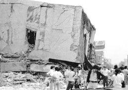 En la imagen, alguno de los tantos edificios destruidos en las calles de la ciudad.