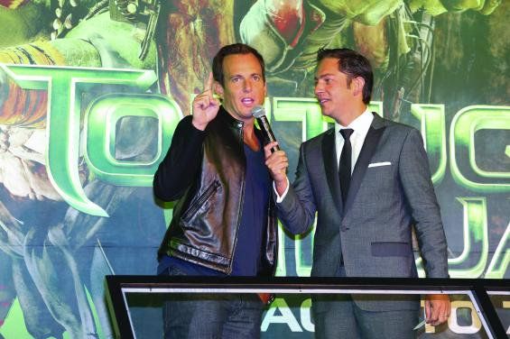 """MEXICO CITY, MEXICO - JULY 29: American actor Will Arnett and Mexican actor Jan Cardenas attend the Latin American Premiere of Paramount Pictures' """"TEENAGE MUTANT NINJA TURTLES"""" at Cinepolis Acoxpa, on July 29, 2014 in Mexico City, Mexico. (Photo by Victor Chavez/ Getty Images for Paramount Pictures International)"""