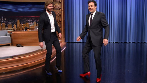 Jimmy Fallon gets Liam Hemsworth to prove he can withstand a Hunger Games Capitol makeover by challenging him to walk in a pair of women's heels! Wow, red is definitely Jimmy's color, and the blue are just fab on Liam! ;)
