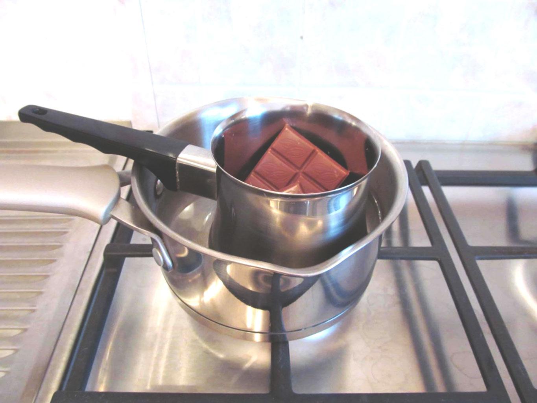 Новеля үшін су ваннасындағы сүтті шоколад