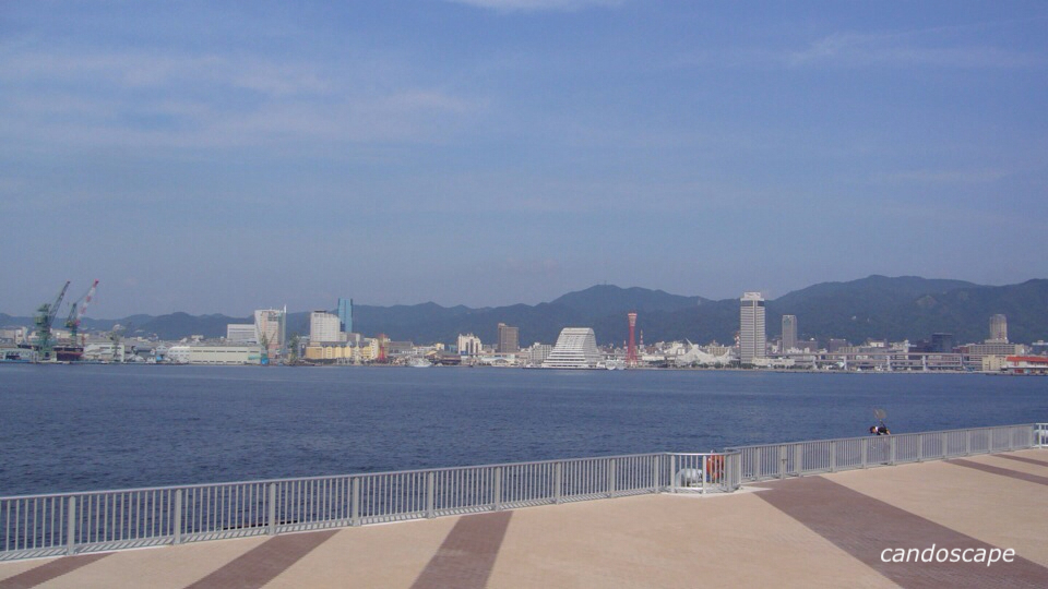 ポートアイランドから見る神戸港の景色