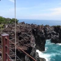 荒波の絶壁に架かる吊り橋 城ケ崎海岸