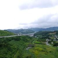山の中を突き抜ける新東名高速