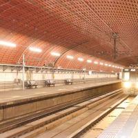 トンネルの中にある駅 地下鉄でもないのに。