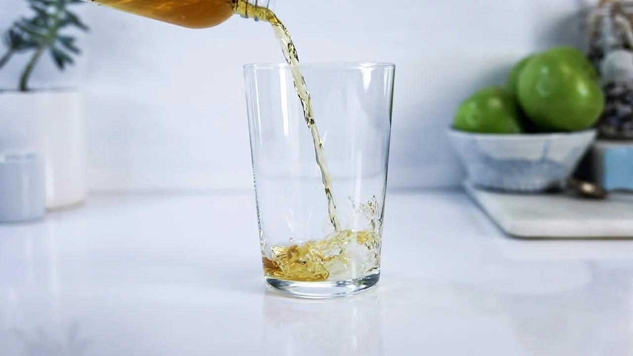 Whisky highball start pour
