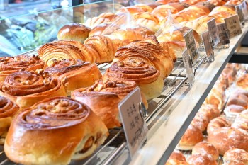 糖印麵包|麵包控快來!超多款麵包任你選,超夯肉桂捲、鹽可頌、生吐司、小法國麵包,還有起司控必吃的起司法國,滿滿乳酪丁要讓人瘋狂啦!