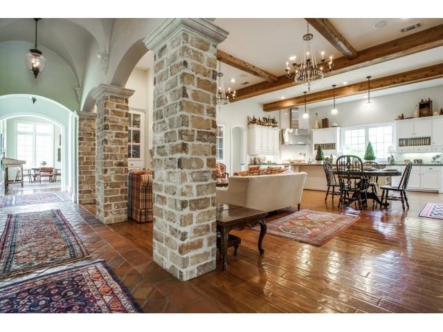 Kitchen has open nook, and morning room. Perfectfor large partie