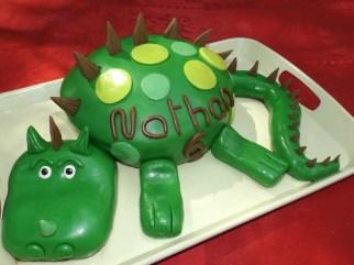 Gâteau Dinosaure pour les 6 ans de Nathan ( pâte à sucre )3