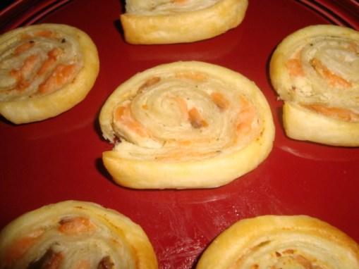 Roulé feuilleté apéritif au fromage ail et fines herbes et au saumon fumé2