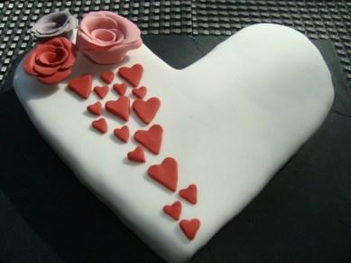 Gâteau en forme de coeur avec des roses en pâte à sucre