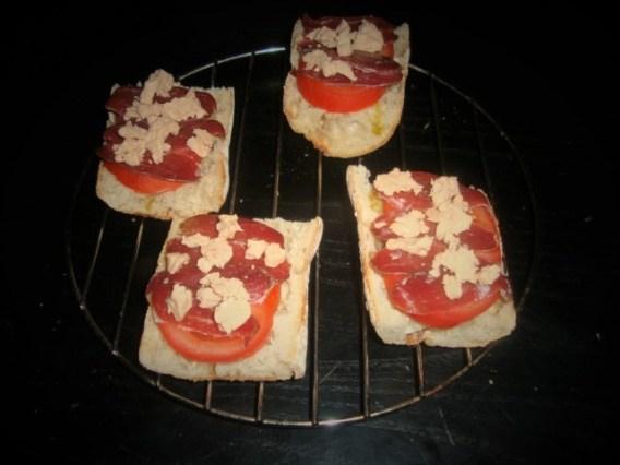 Brushetta à la tomate, au magret de canard séché et au foie gras