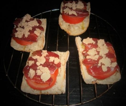 Brushetta à la tomate, au magret de canard séché et au foie gras2
