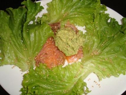 Carpaccio de saumon fumé au houmous d'avocat et salade verte2