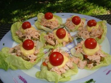 Salade de saumon et macédoine de légumes en feuilles de laitue2