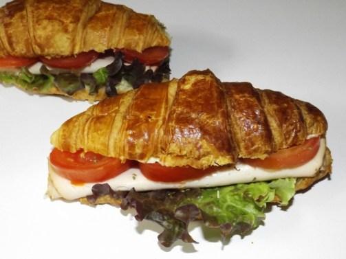 Croissants-sandwichs au blanc de poulet, tomate et mayonnaise